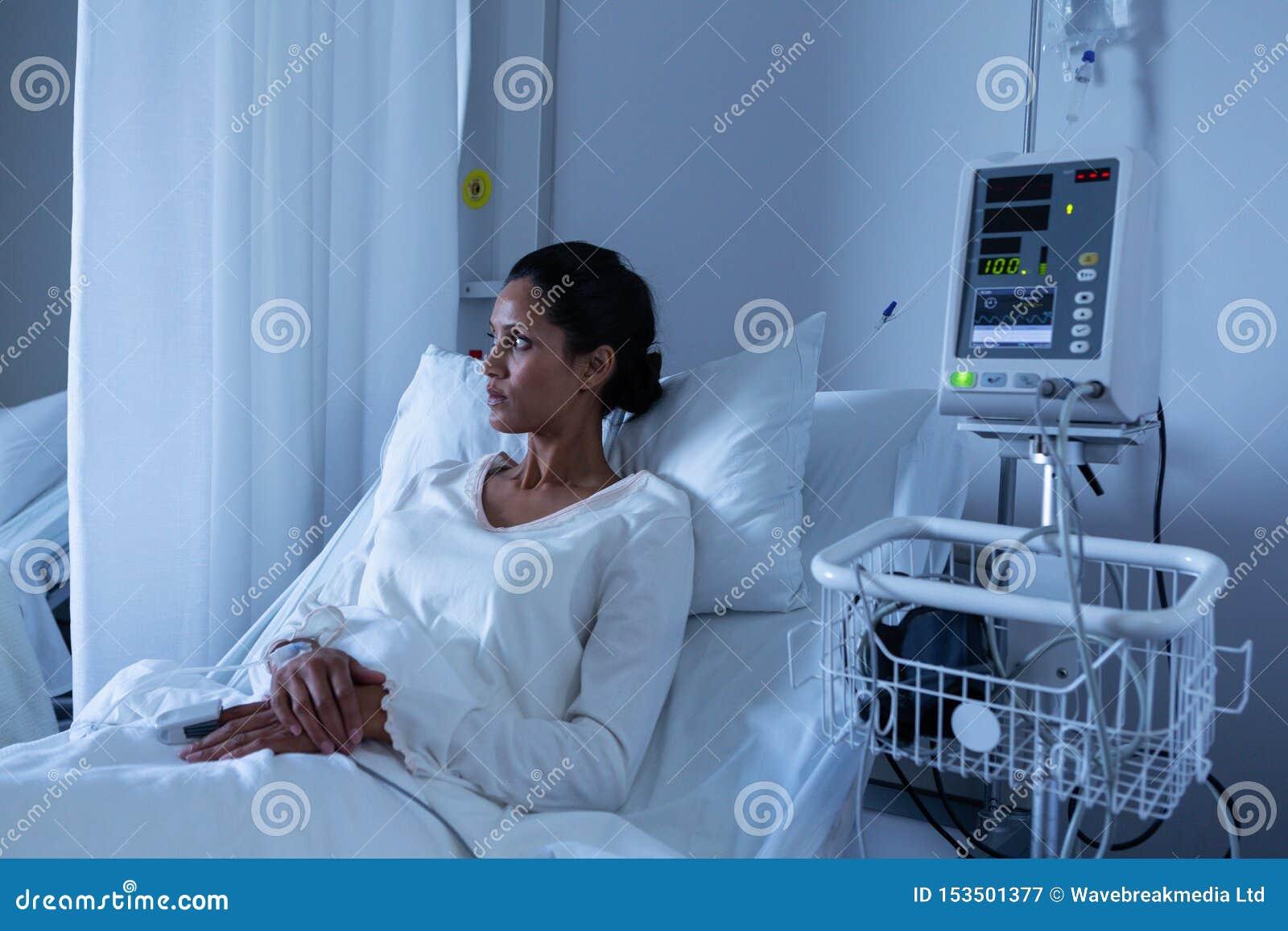 看女性的患者,当放松在医院时床上