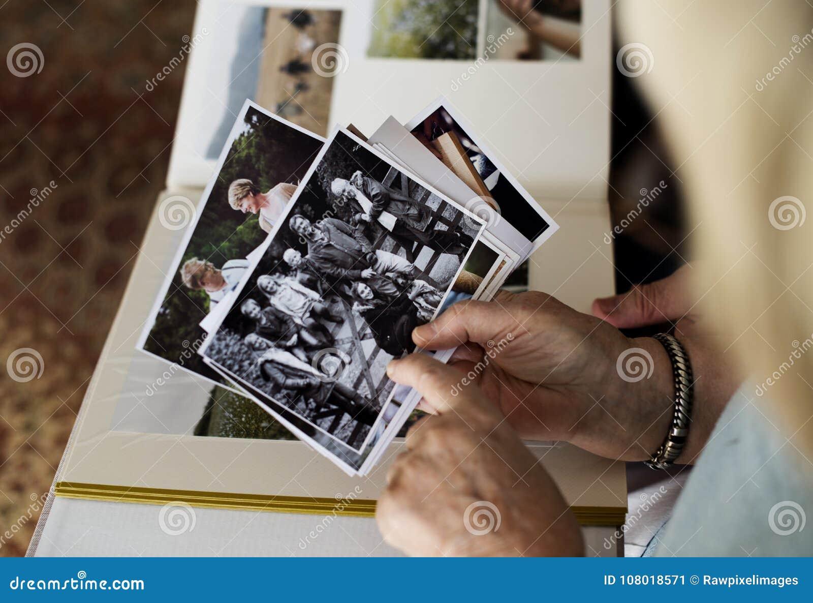 看家庭照片册页的资深夫妇