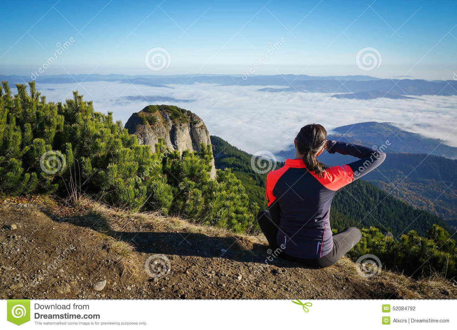 看对在山的天际的妇女