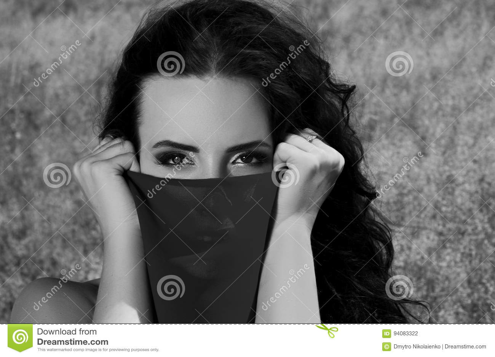 看对照相机一个美丽的女孩的单色画象 女孩用布料盖她的面孔 北京,中国黑白照片