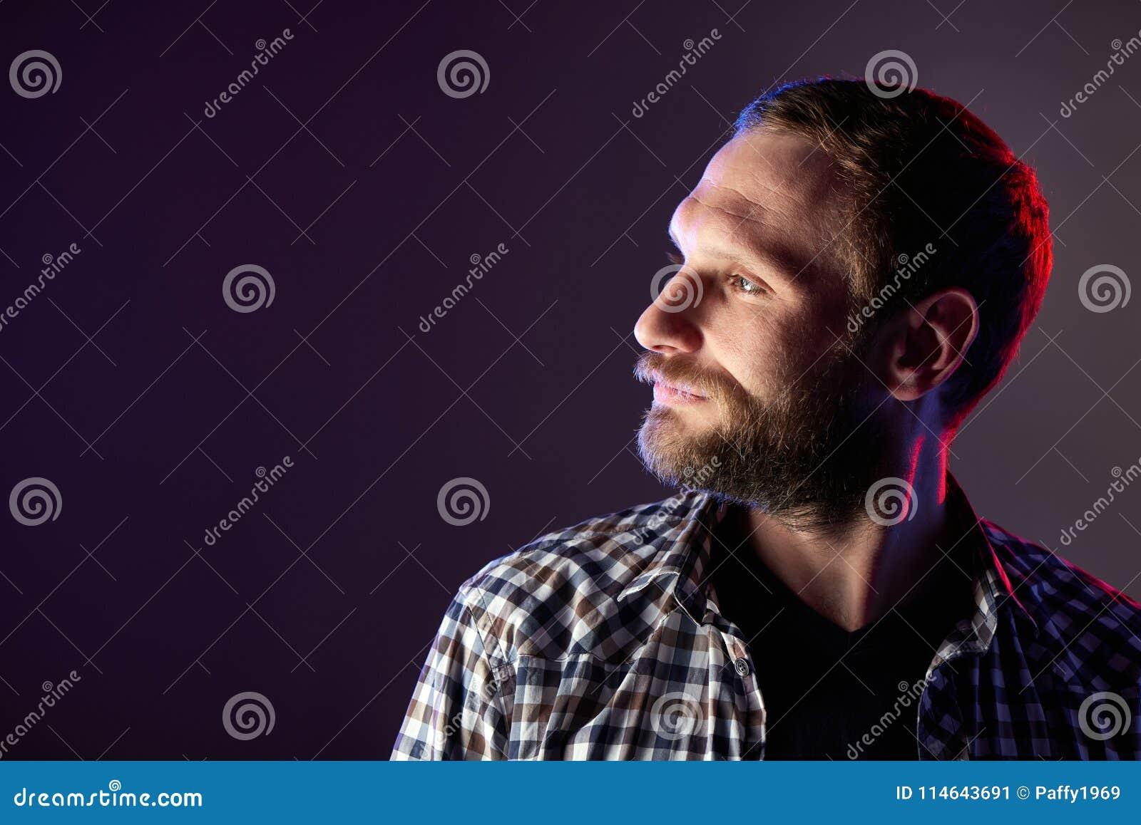 看对边的有胡子的人