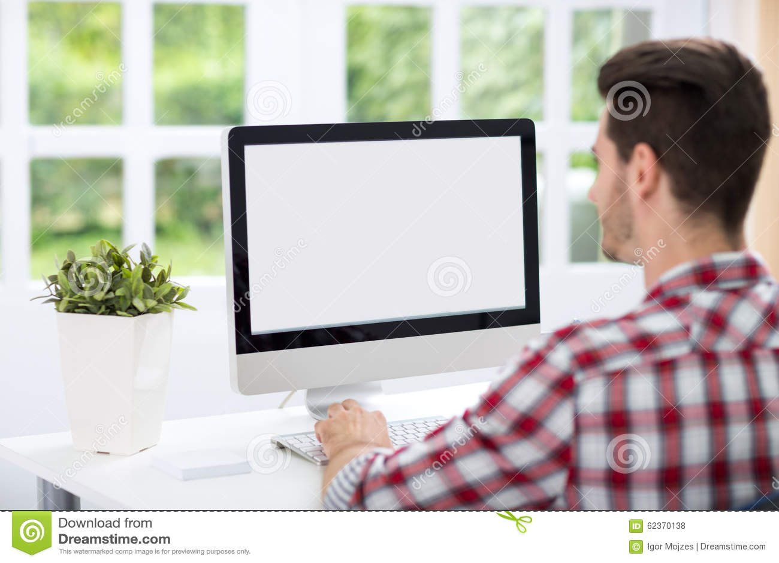 看屏幕的年轻人