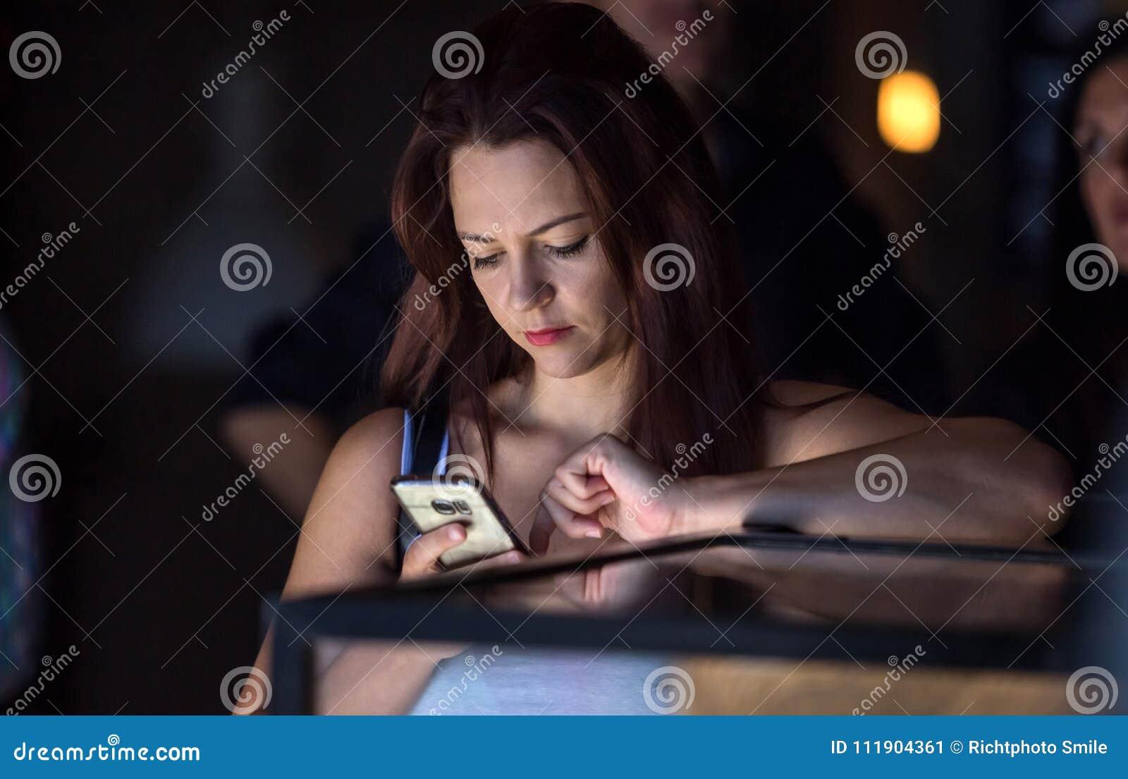 看手机的咖啡馆的女孩