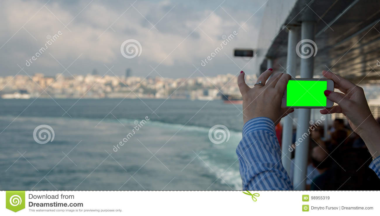 看有绿色屏幕的妇女水平的智能手机拍照片 关闭妇女有机动性的` s手射击  Istambul, Tur