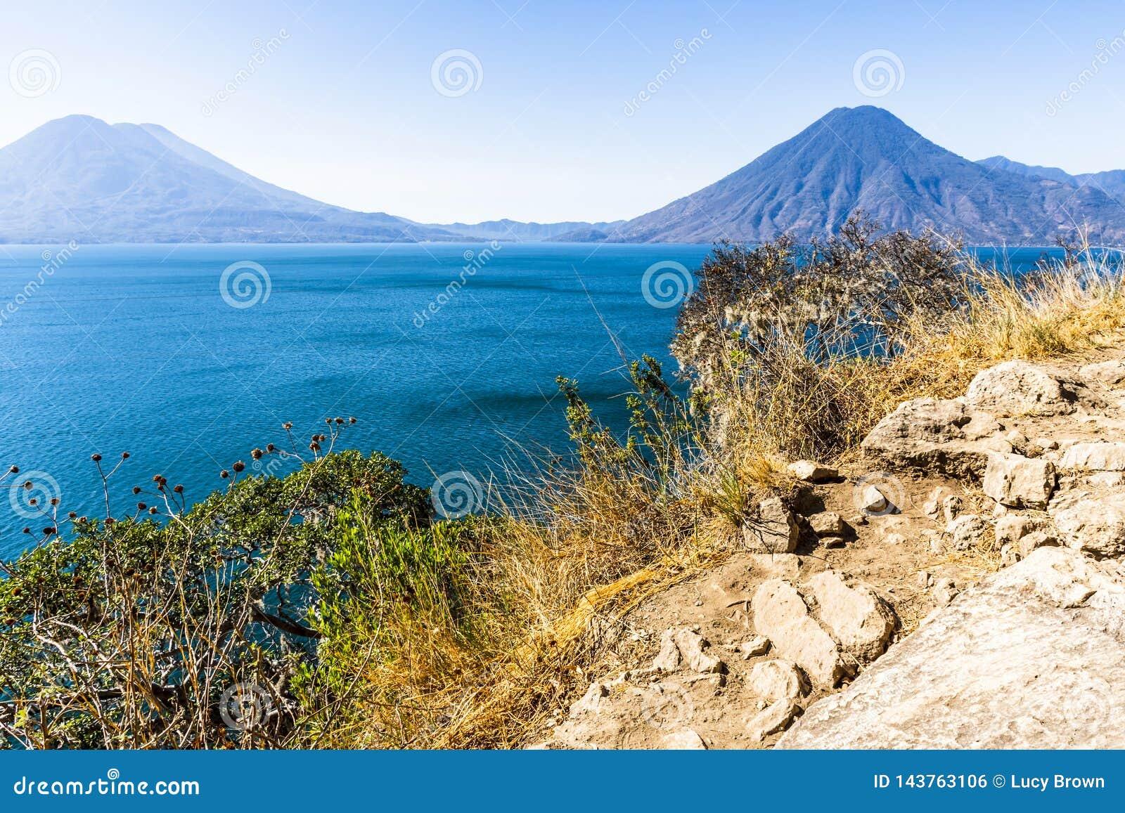 看法从横跨湖Atitlan火山的,危地马拉的clifftop观点