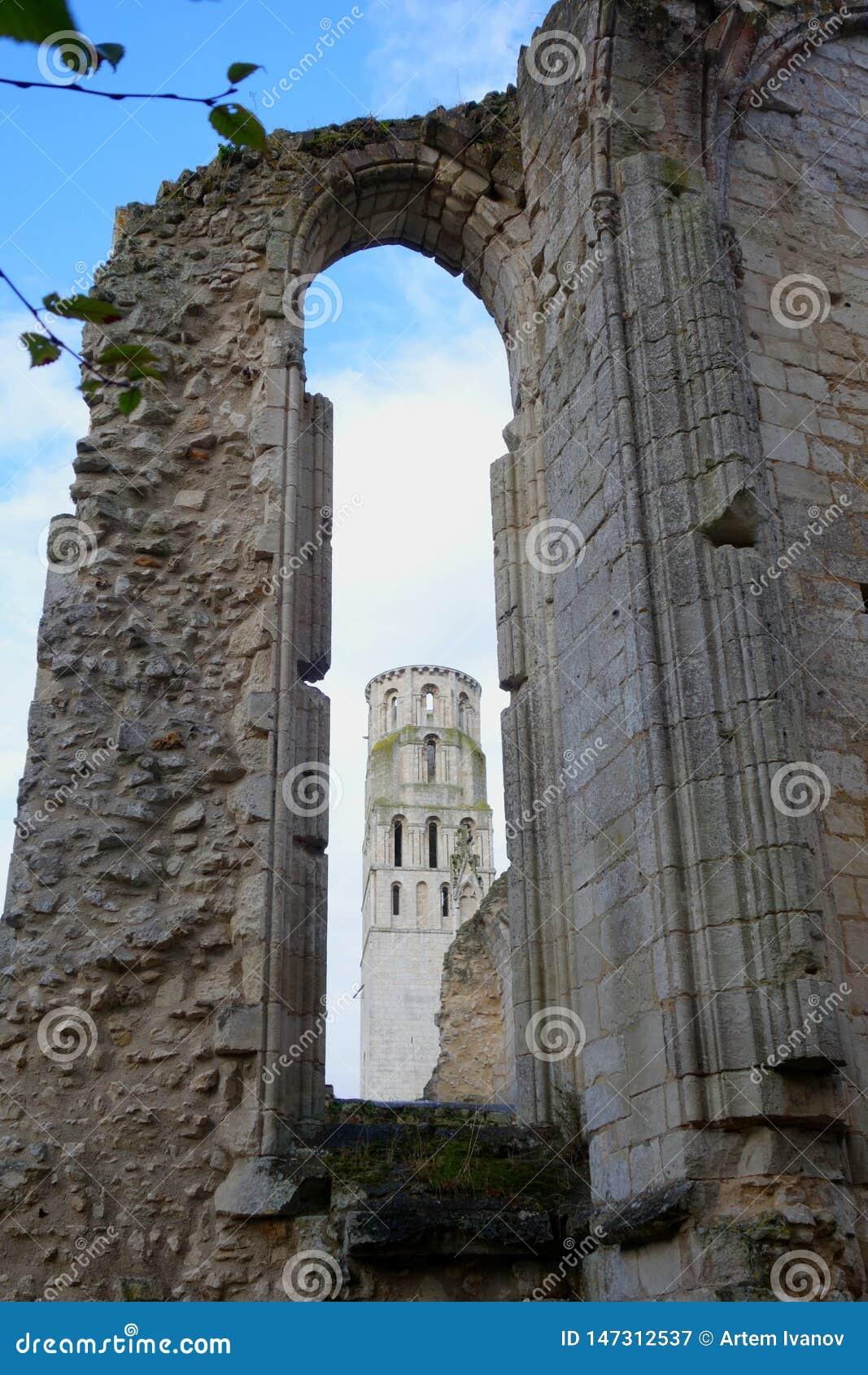 看法低谷在哥特式教会被破坏的墙壁的窗口