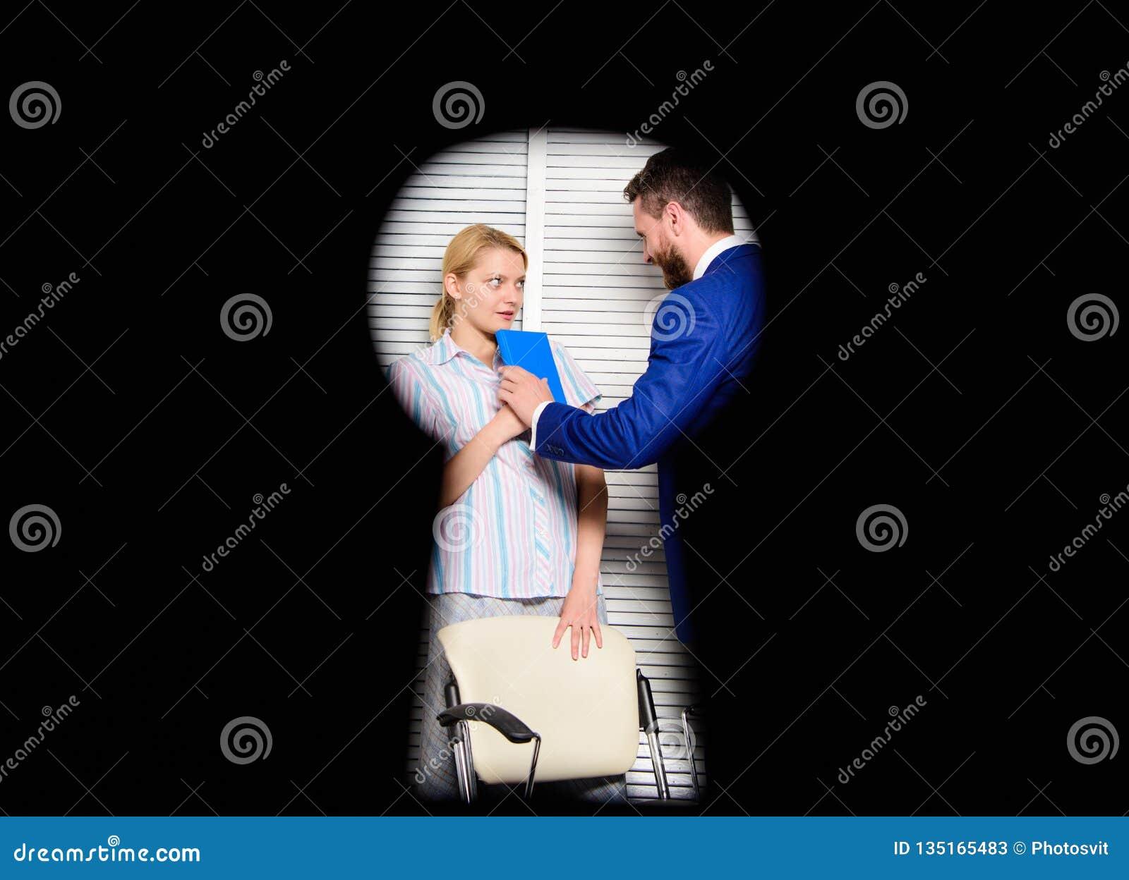 看法通过匙孔 在权利侵害怀疑的工作者夫人 上司积极威胁 罪行的证人在办公室