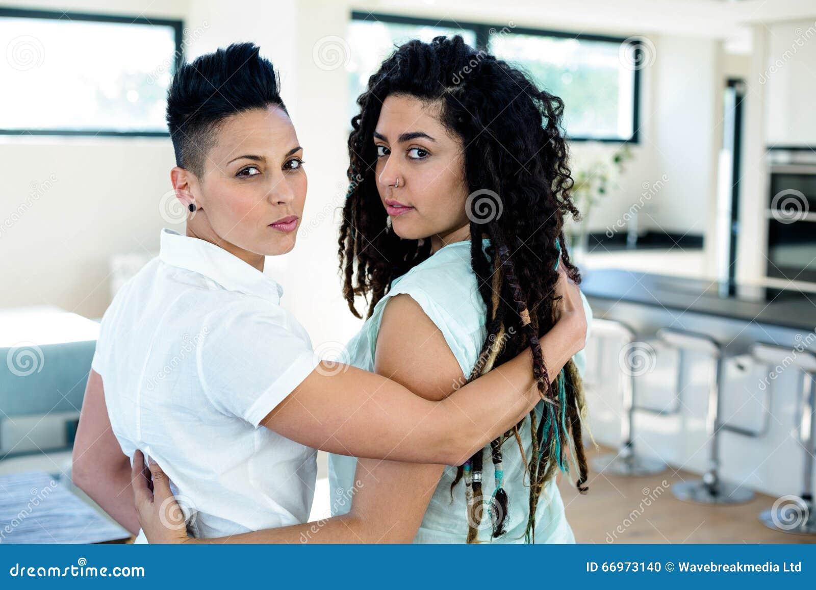 欧美女同性恋野外互搞_拥抱和看照相机的女同性恋的夫妇.
