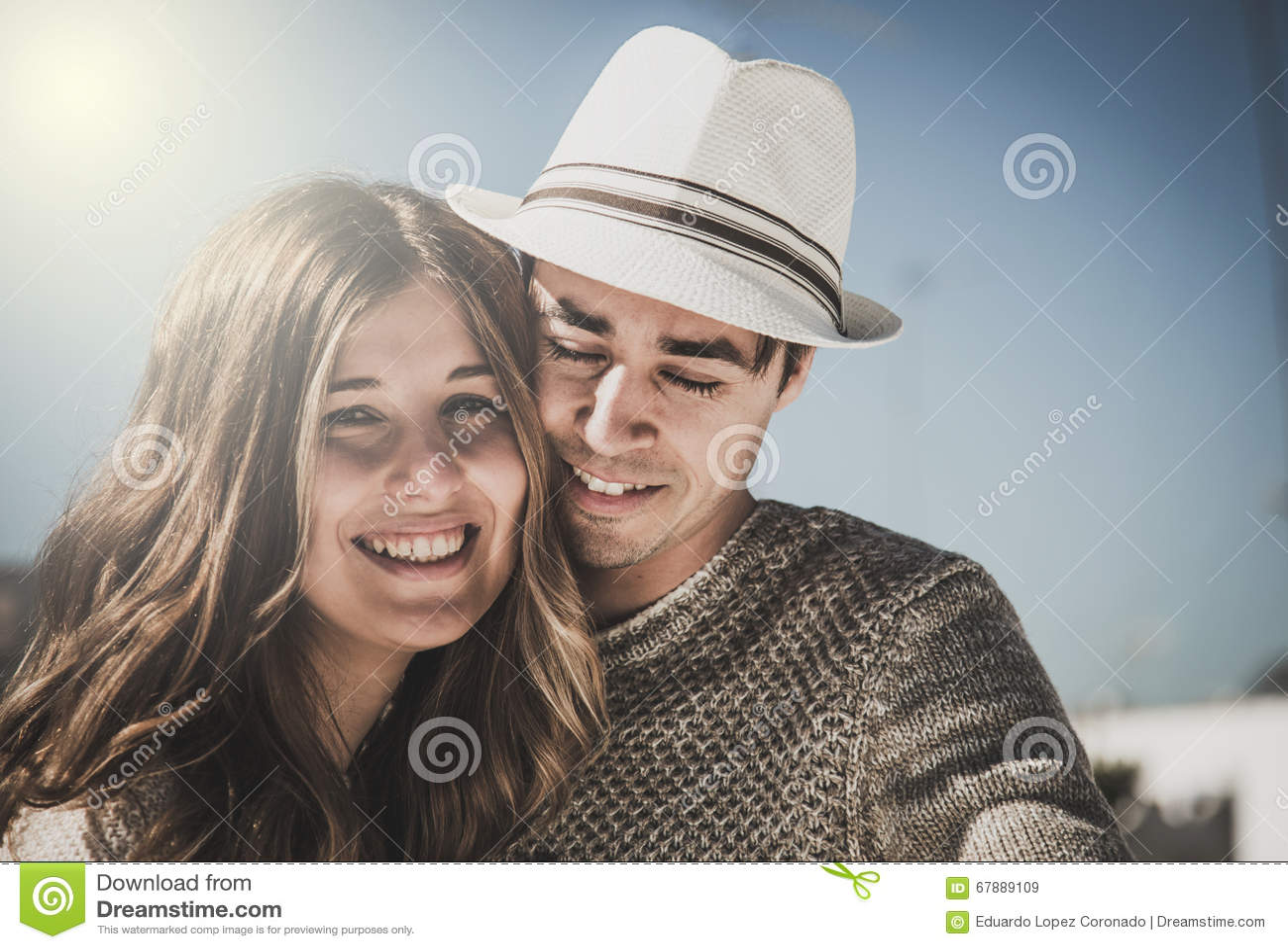 看照相机的微笑的夫妇