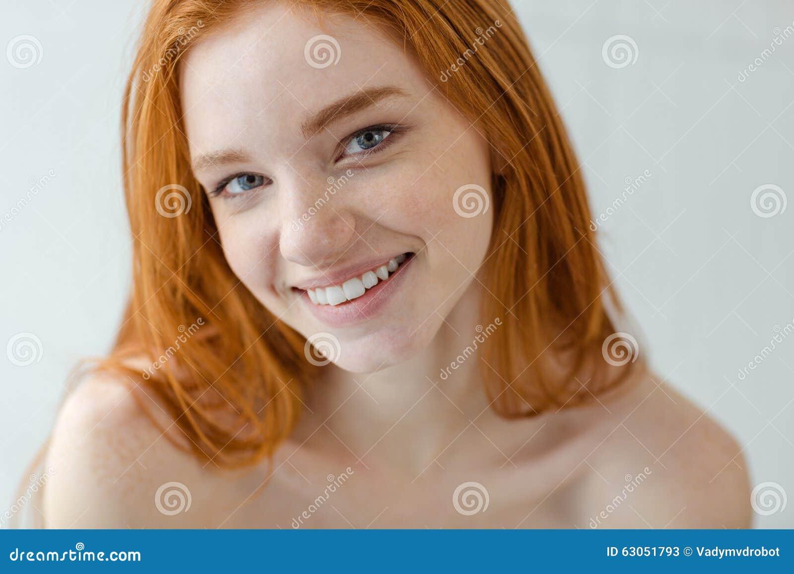 看照相机的愉快的红头发人妇女
