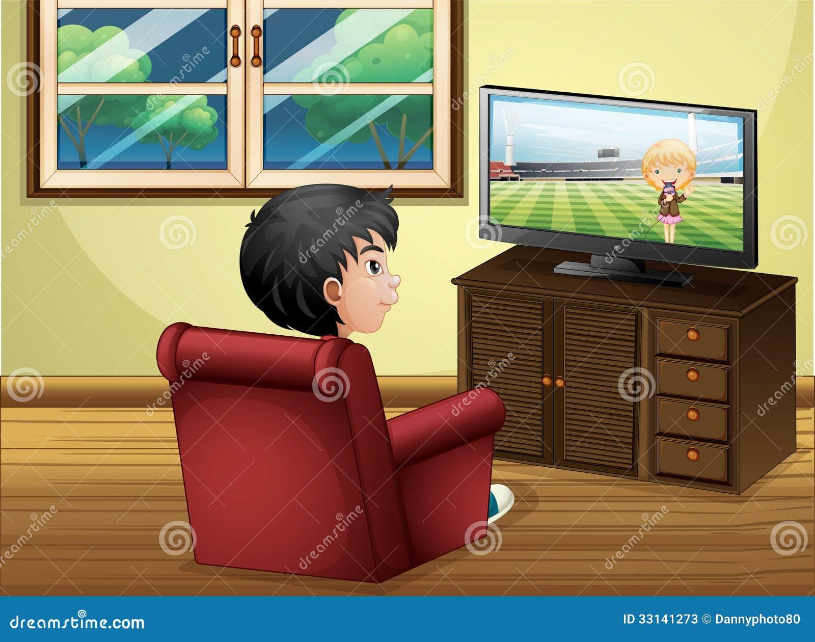 看电视的一个年轻男孩在客厅