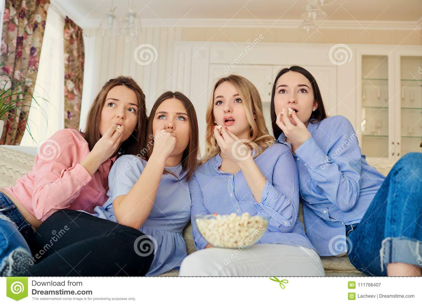 看电视的女孩,吃玉米花坐长沙发