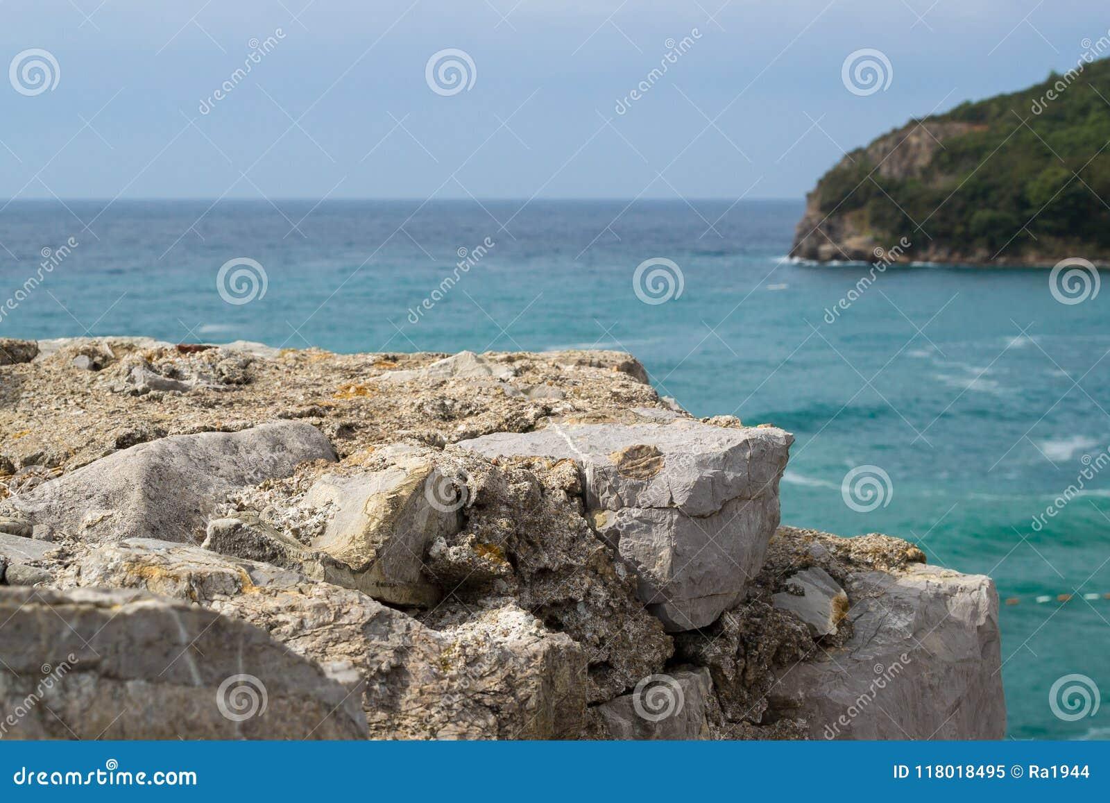 看看从山的海 在前景的石头 海未聚焦 的adolphe