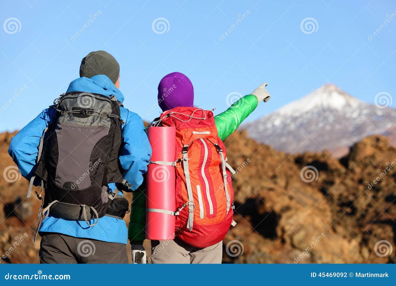 看看法的远足者指向远足在山