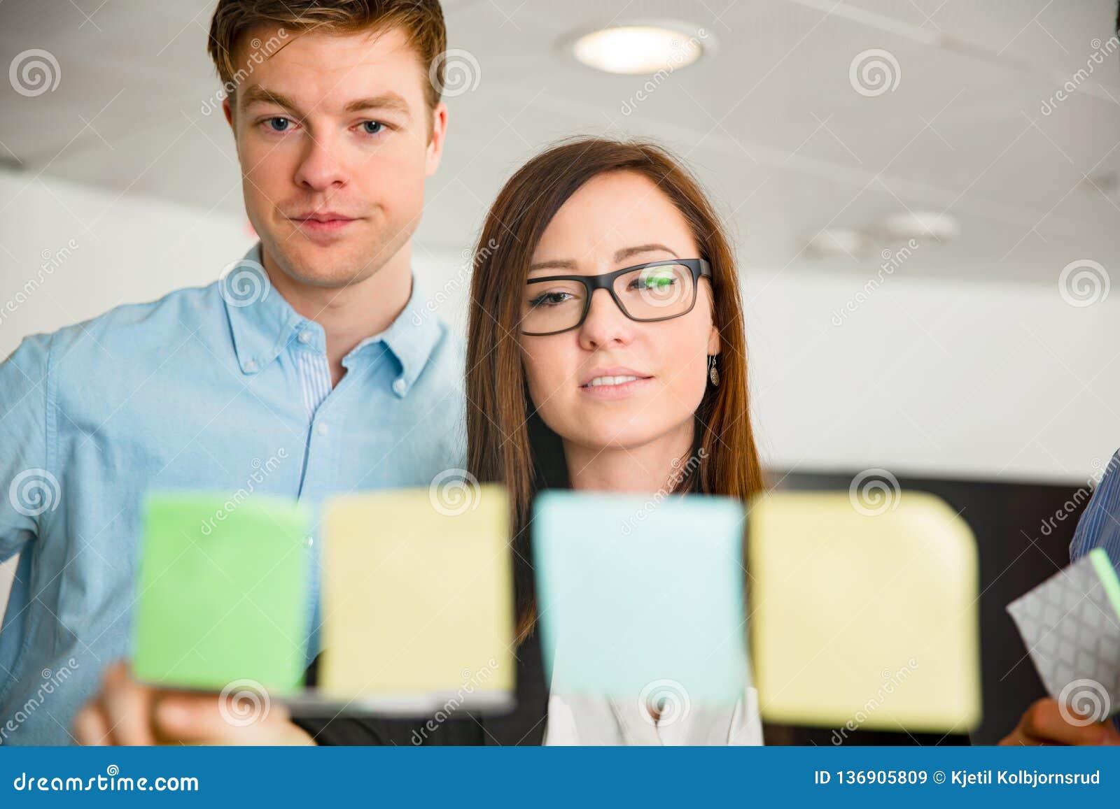 看笔记的女实业家和同事困住在玻璃