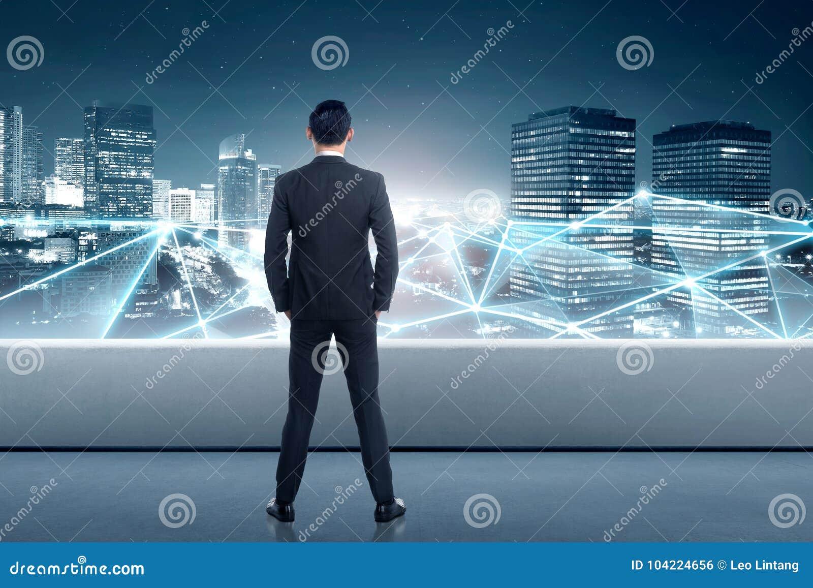 看网络连接的亚洲商人背面图