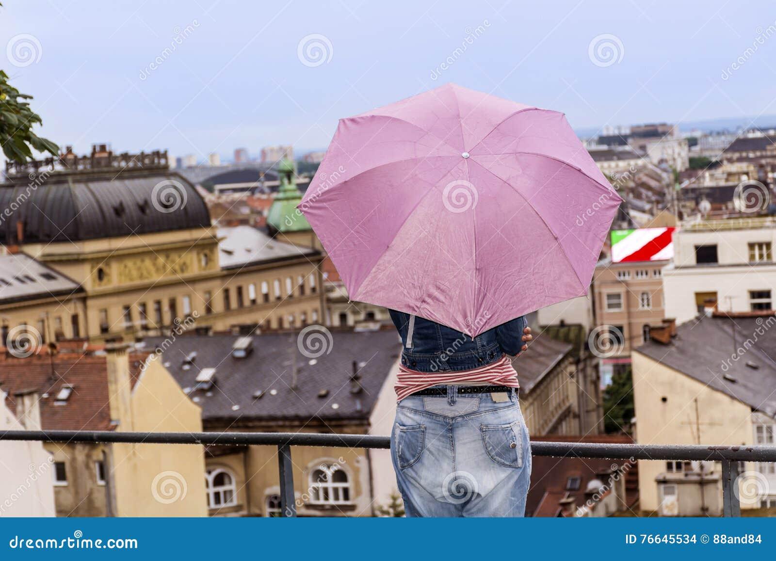 看老镇都市风景视图的妇女在萨格勒布