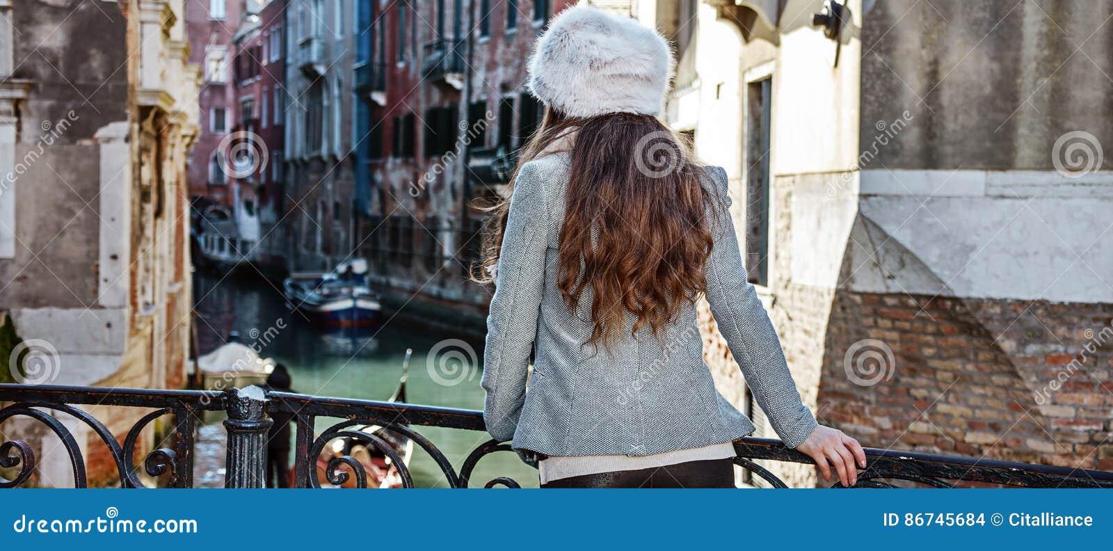 看见从后面旅游妇女在威尼斯,有的意大利游览