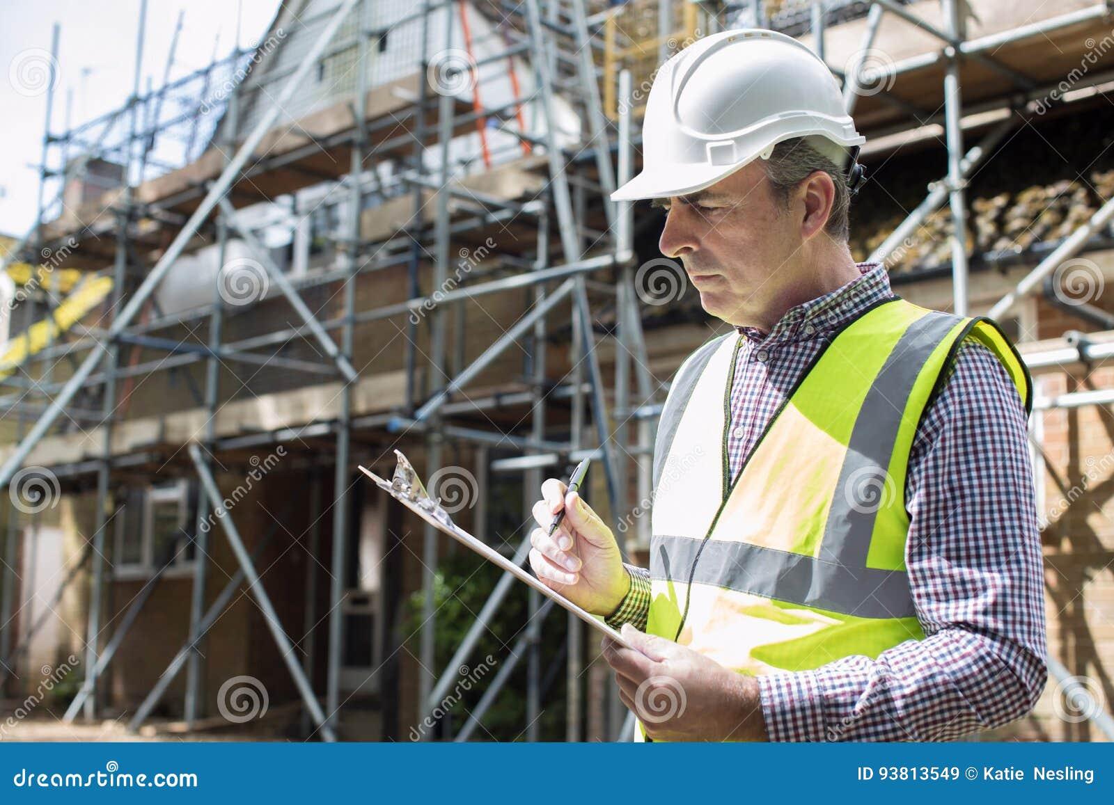 看议院整修项目的房屋检查员