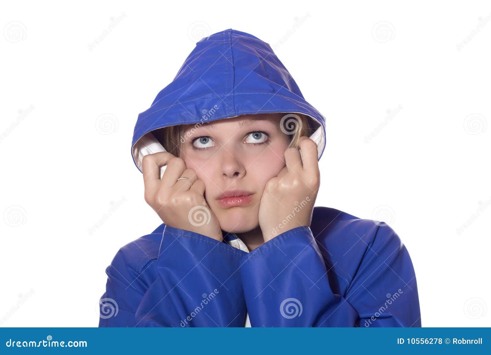 看起来悲观的雨妇女的蓝色外套