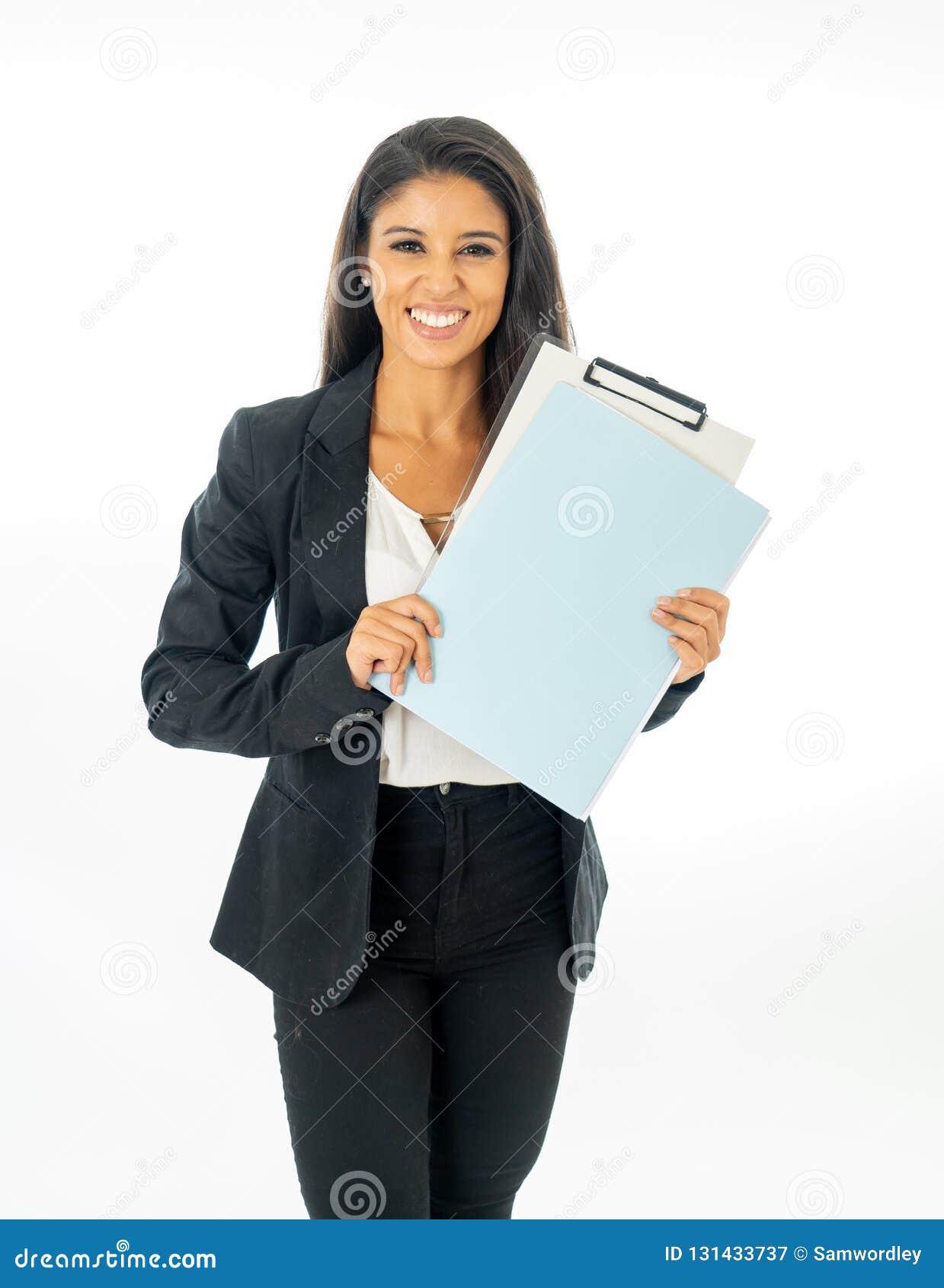 看起来激发和举行文件夹和文书工作在创造性的可爱的拉丁公司拉丁妇女全长画象