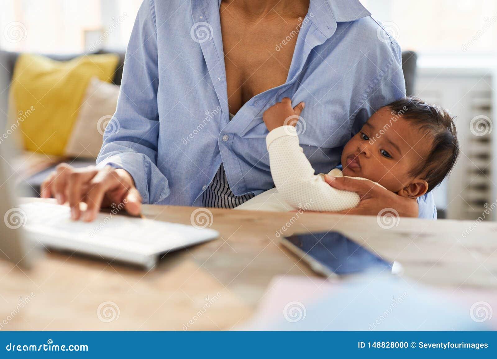 看起来非洲的婴孩怎么母亲工作