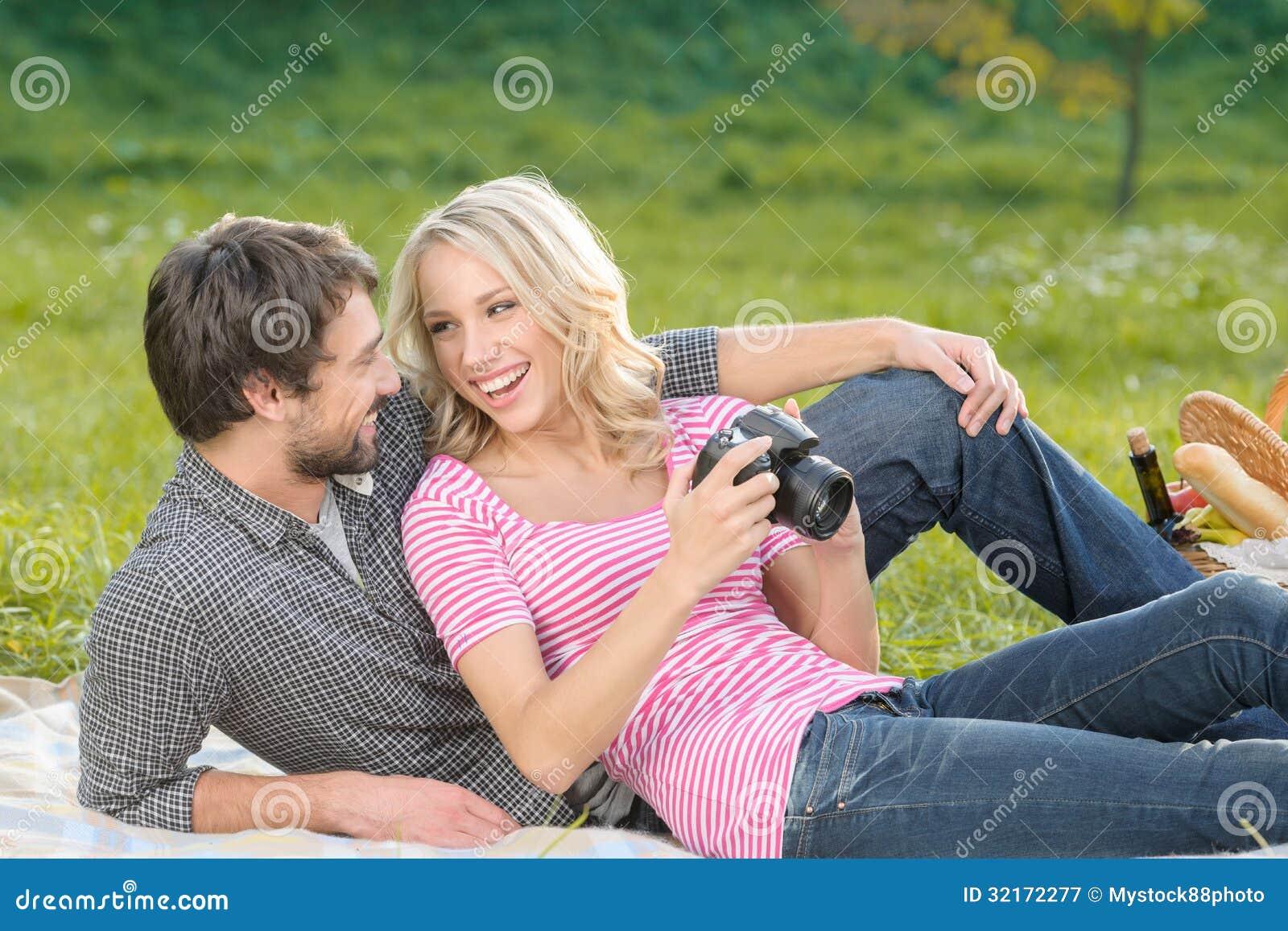 看这张照片!爱恋的年轻夫妇看photog
