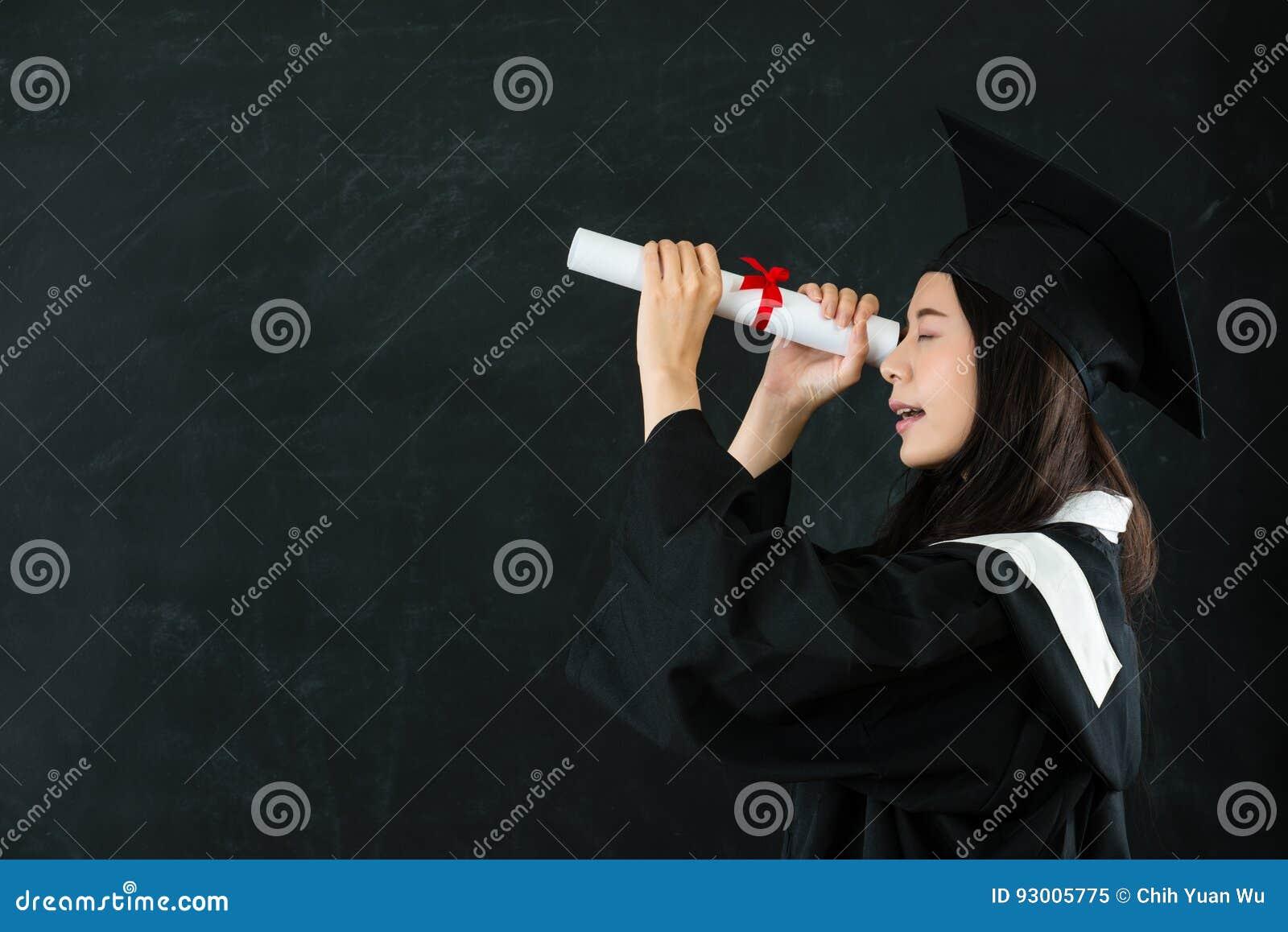 看通过文凭的年轻愉快的毕业