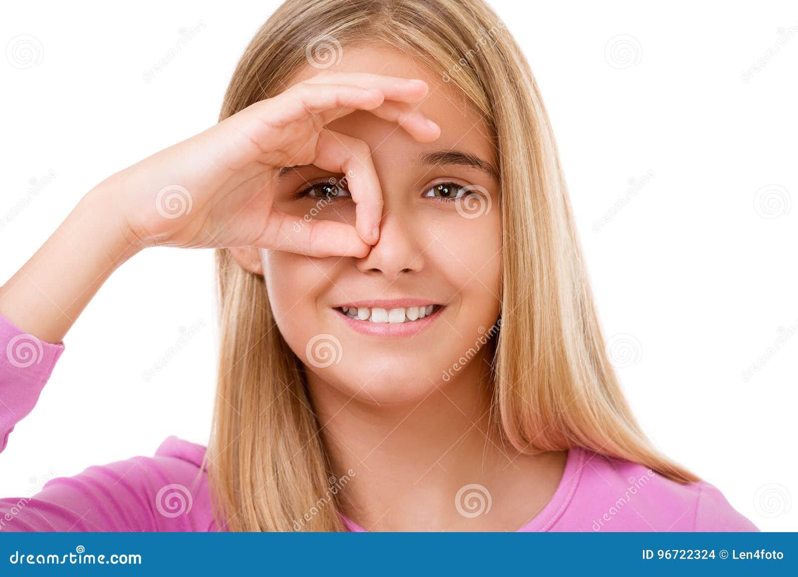 看通过从手指的孔的可爱的女孩的图片 我