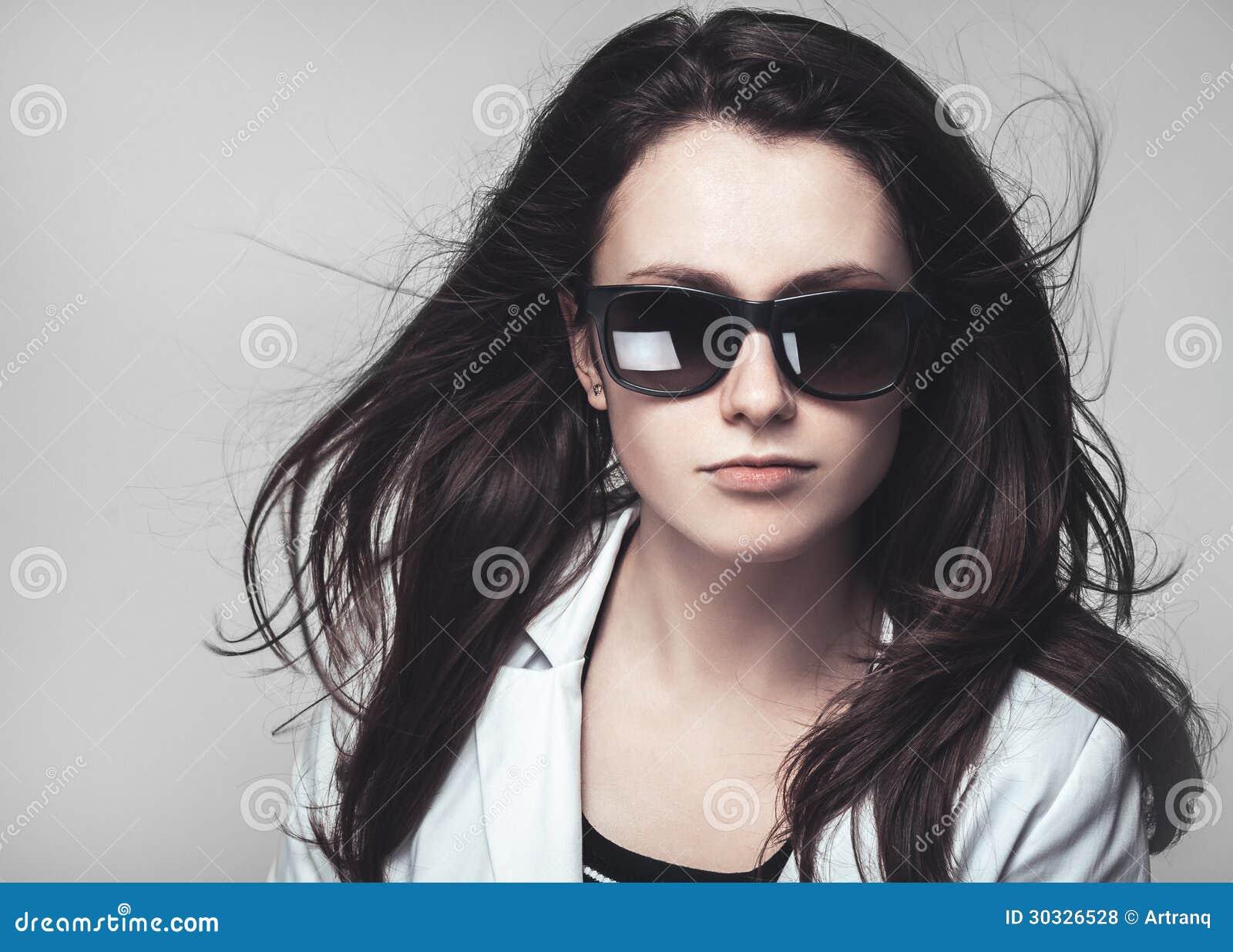 Download 看通过玻璃的女实业家 库存照片. 图片 包括有 面部, 灰色, 背包, 水平, 商业, 外套, 生活方式 - 30326528