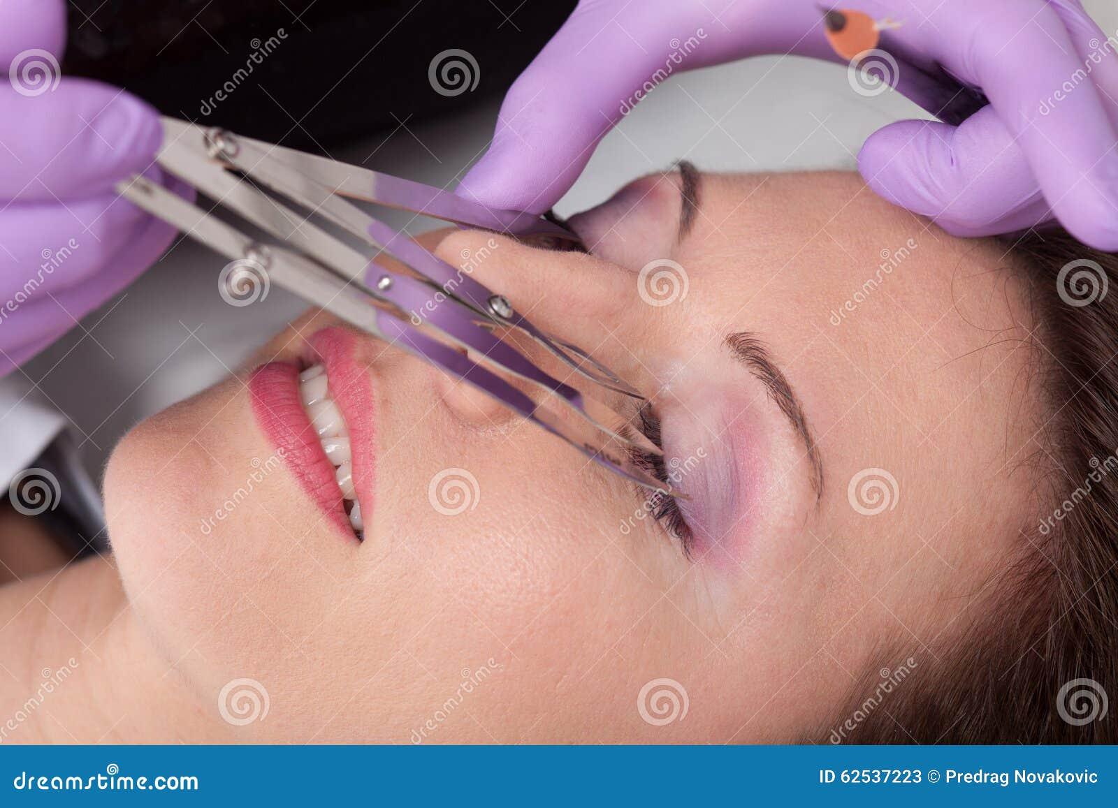 眼眉纹身花刺