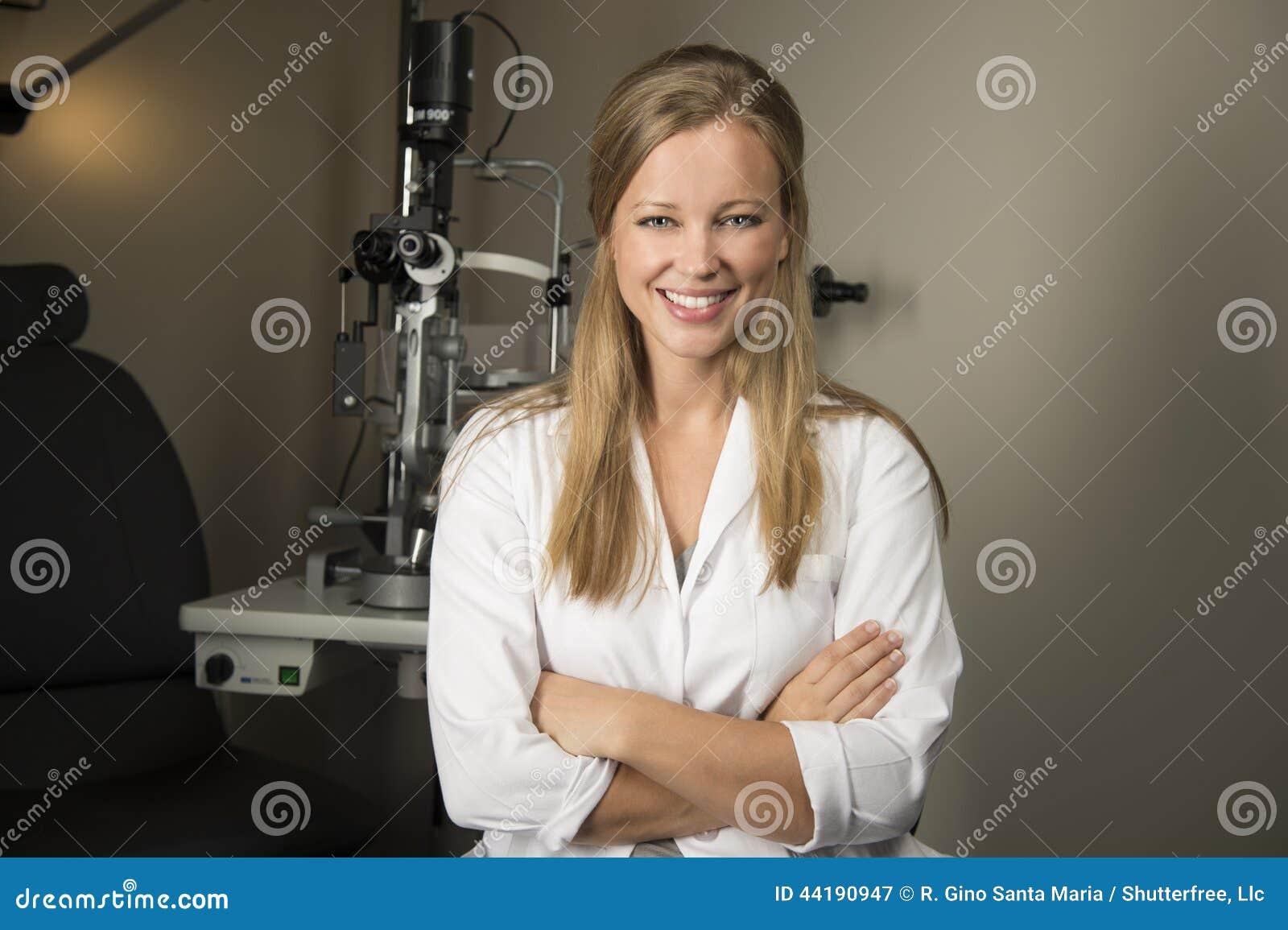 年轻眼科医生在办公室