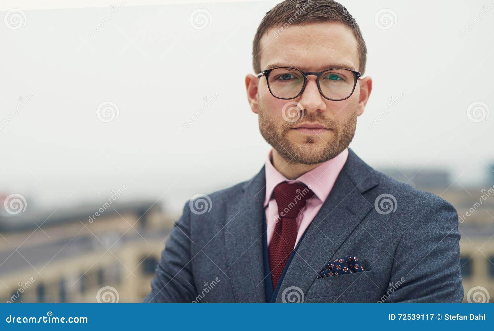 戴眼镜的严肃的强烈的年轻商人