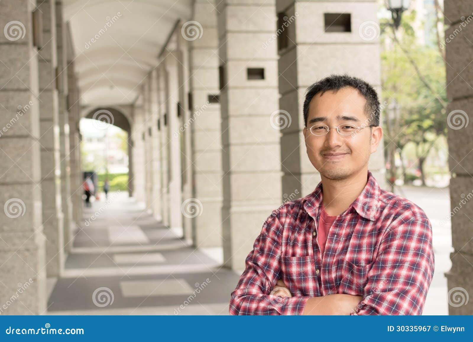 戴眼镜的亚裔人