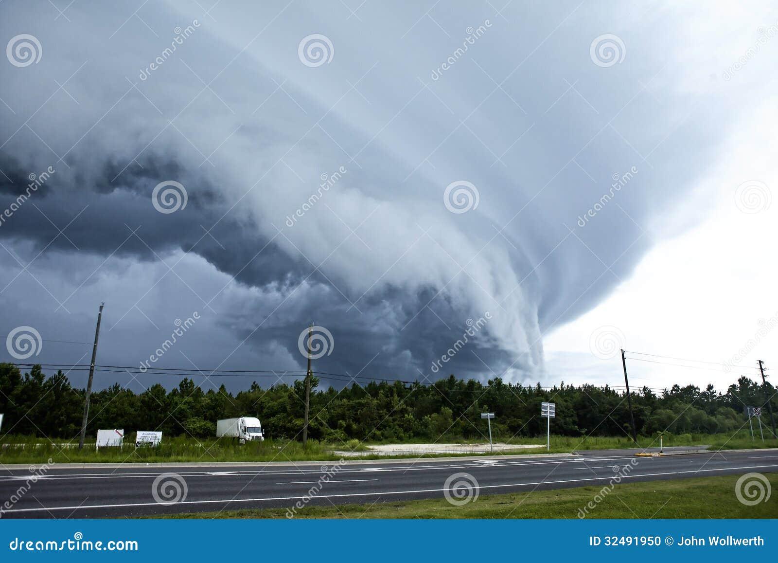着陆的龙卷风
