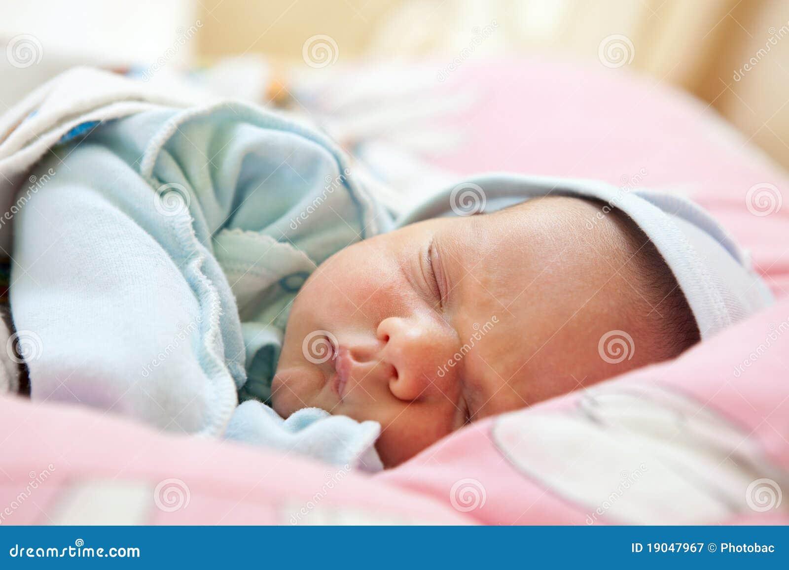睡着的婴孩美丽的男孩老一个星期