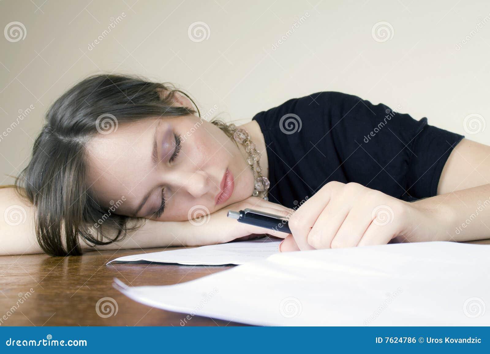 睡着的有吸引力的桌面她的秘书年轻&#