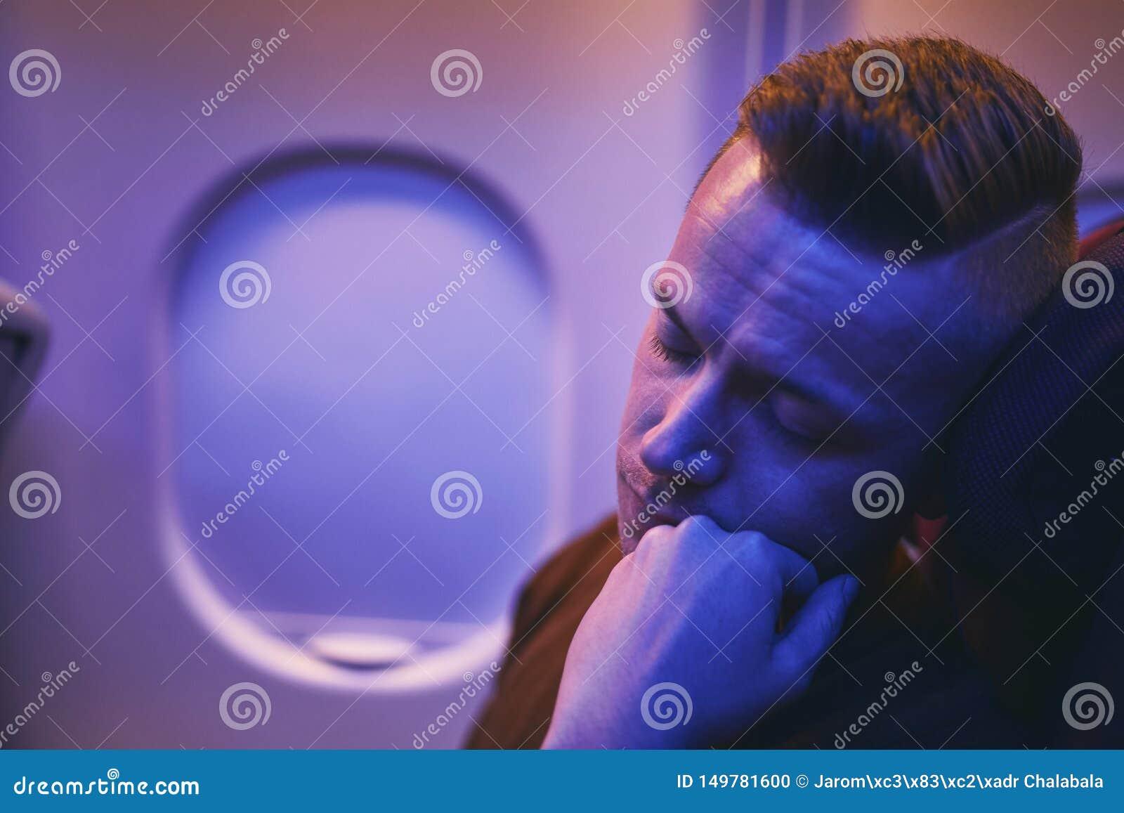 睡觉在夜间飞行期间的乘客