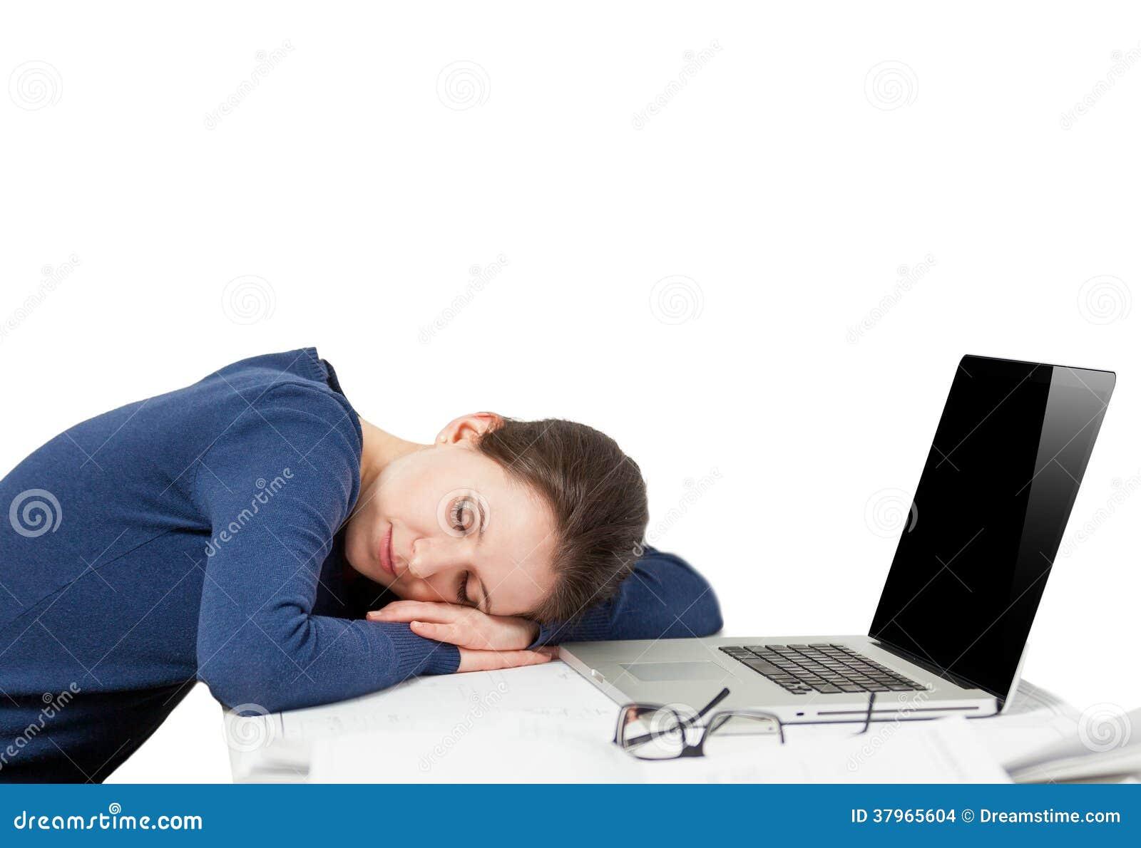 睡觉在工作地点的疲乏的少妇画象