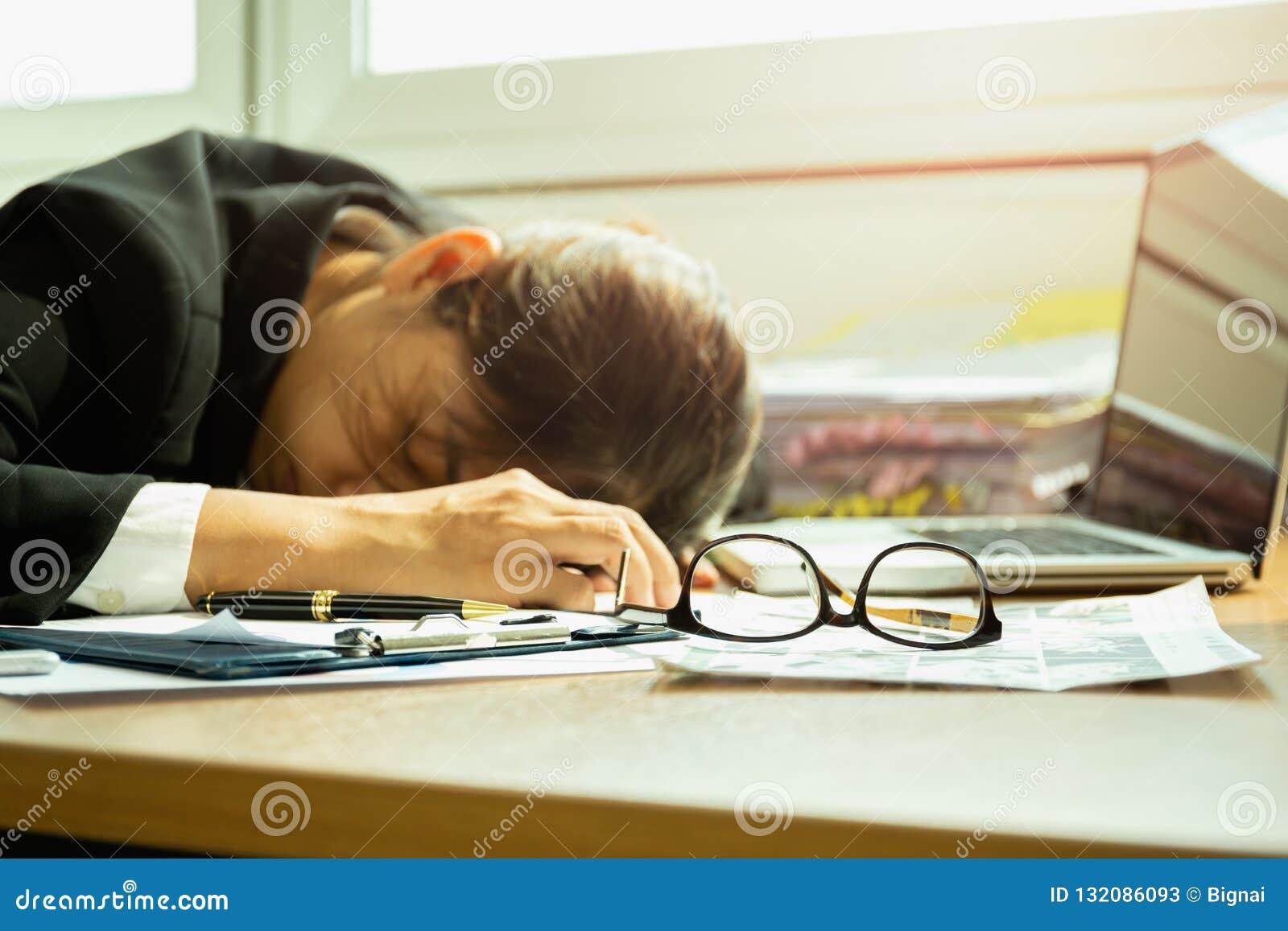 睡觉在玻璃的工作书桌选择的焦点的女实业家