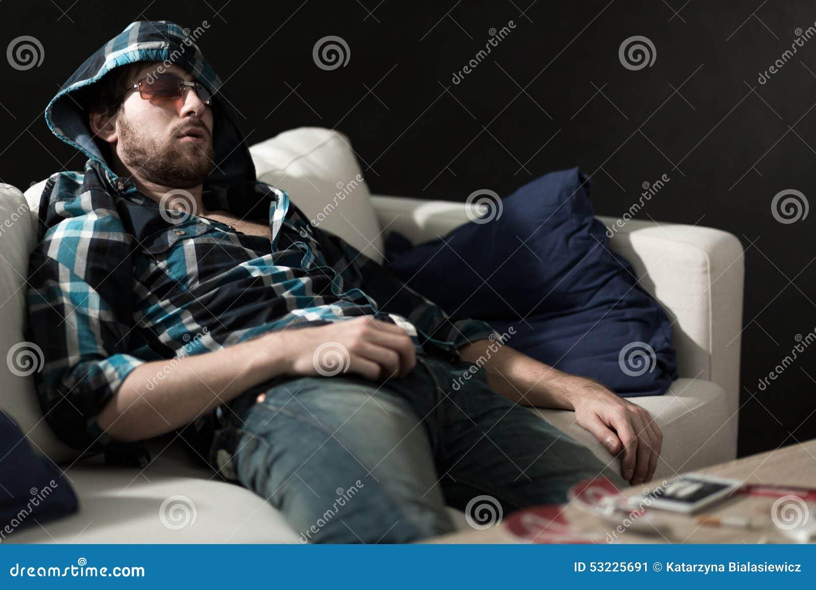 睡觉在药物以后的吸毒者
