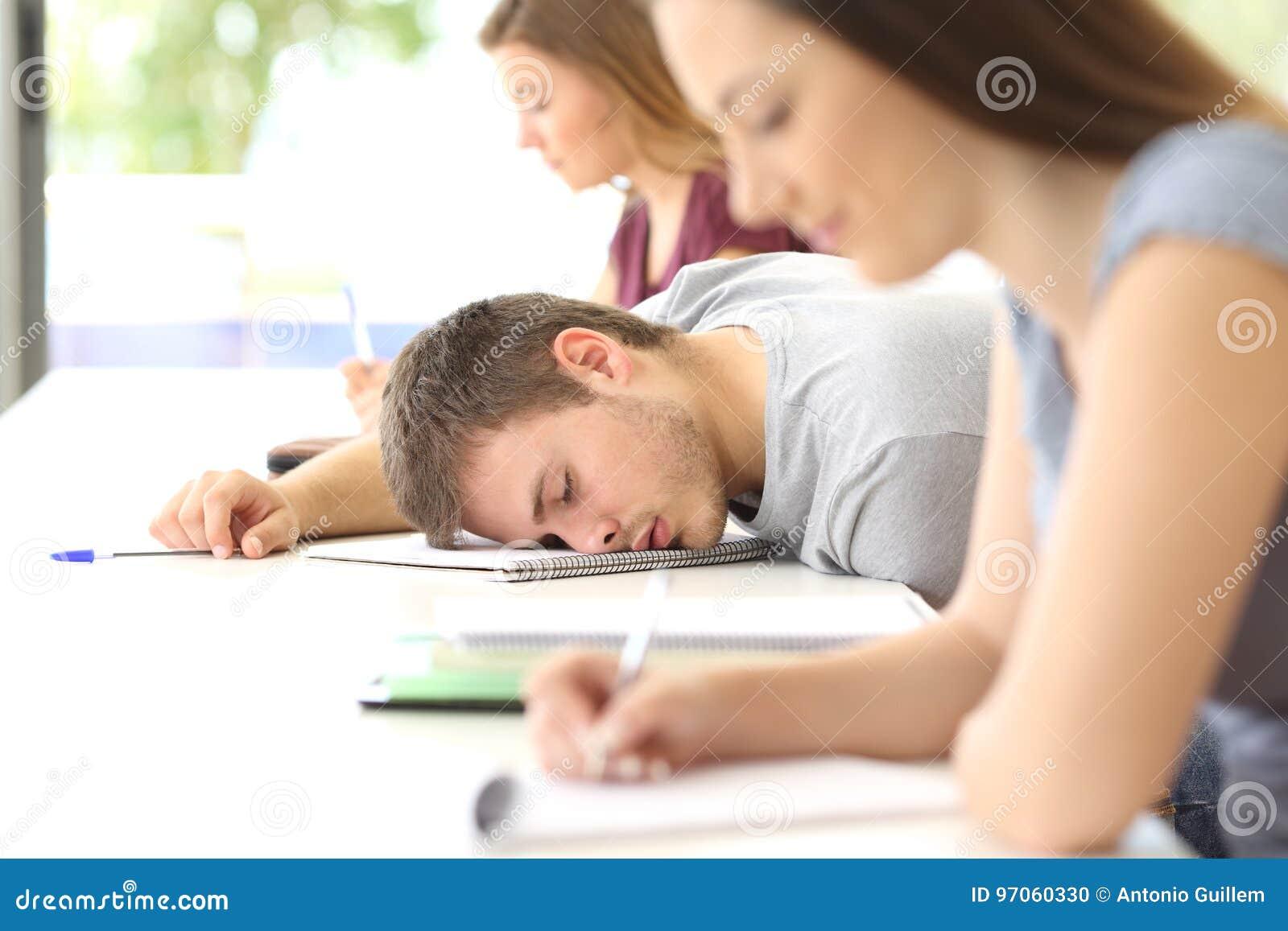睡觉在类的疲乏的学生在教室