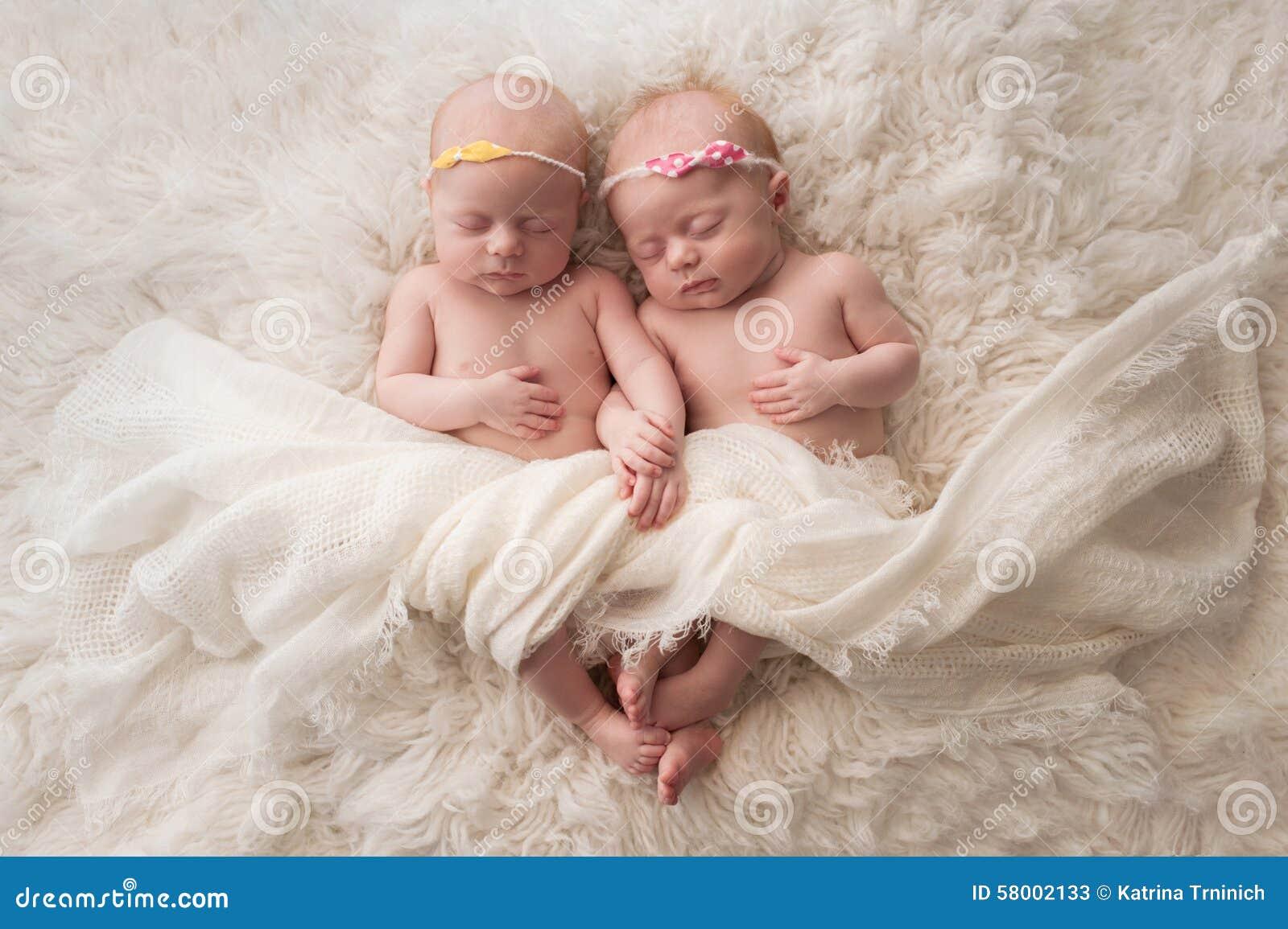 睡觉的双女婴