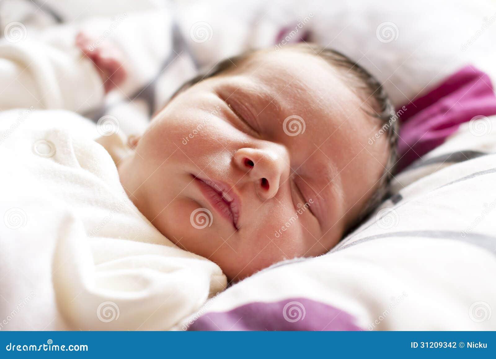 睡觉的新出生的婴孩