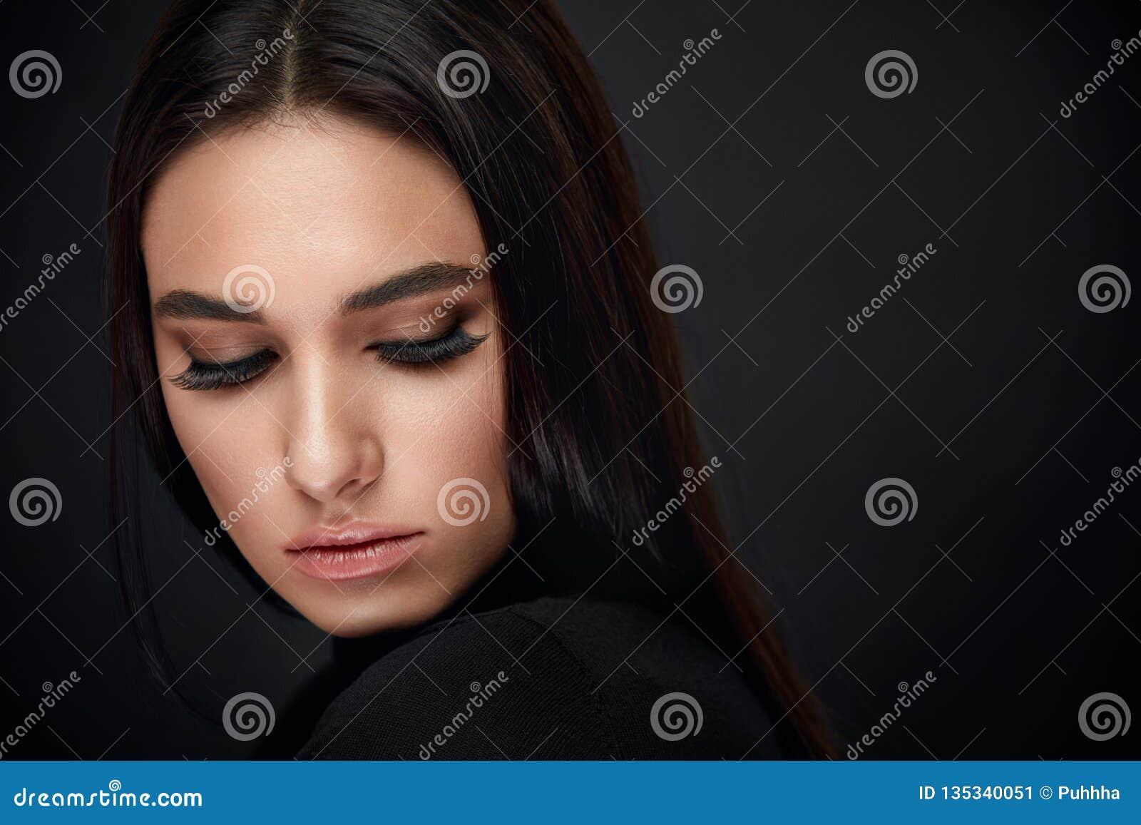 睫毛构成 妇女与黑鞭子引伸的秀丽面孔