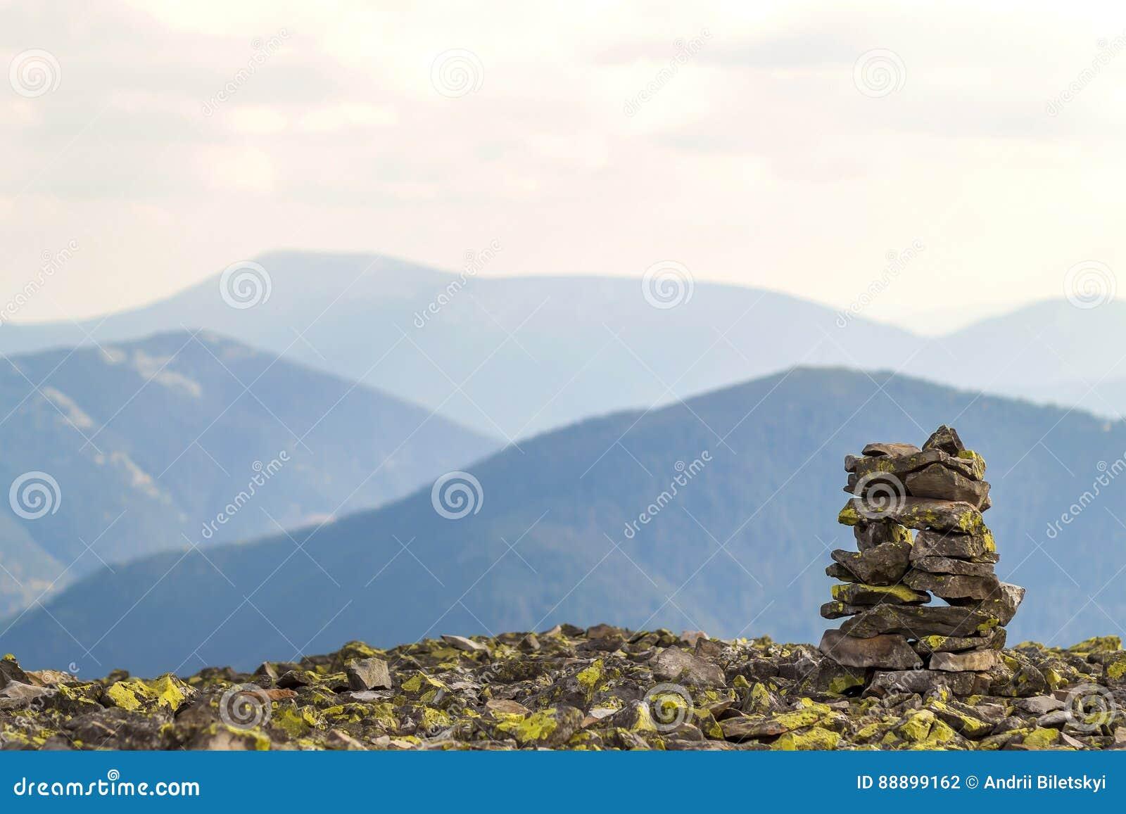 石标或岩石堆在忽略hig的山上面