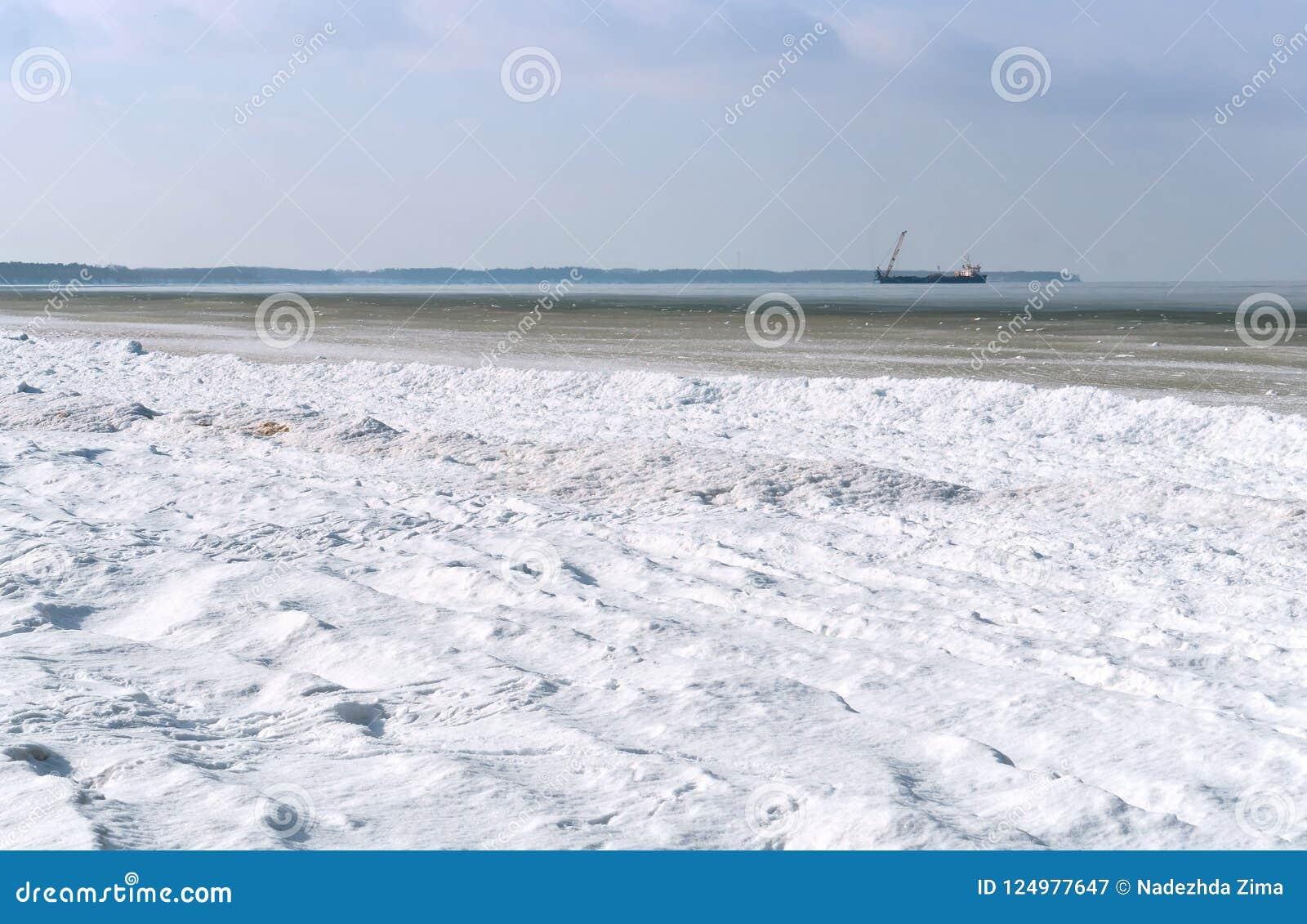 石油平台在天际的冬天海,冰烂泥在海