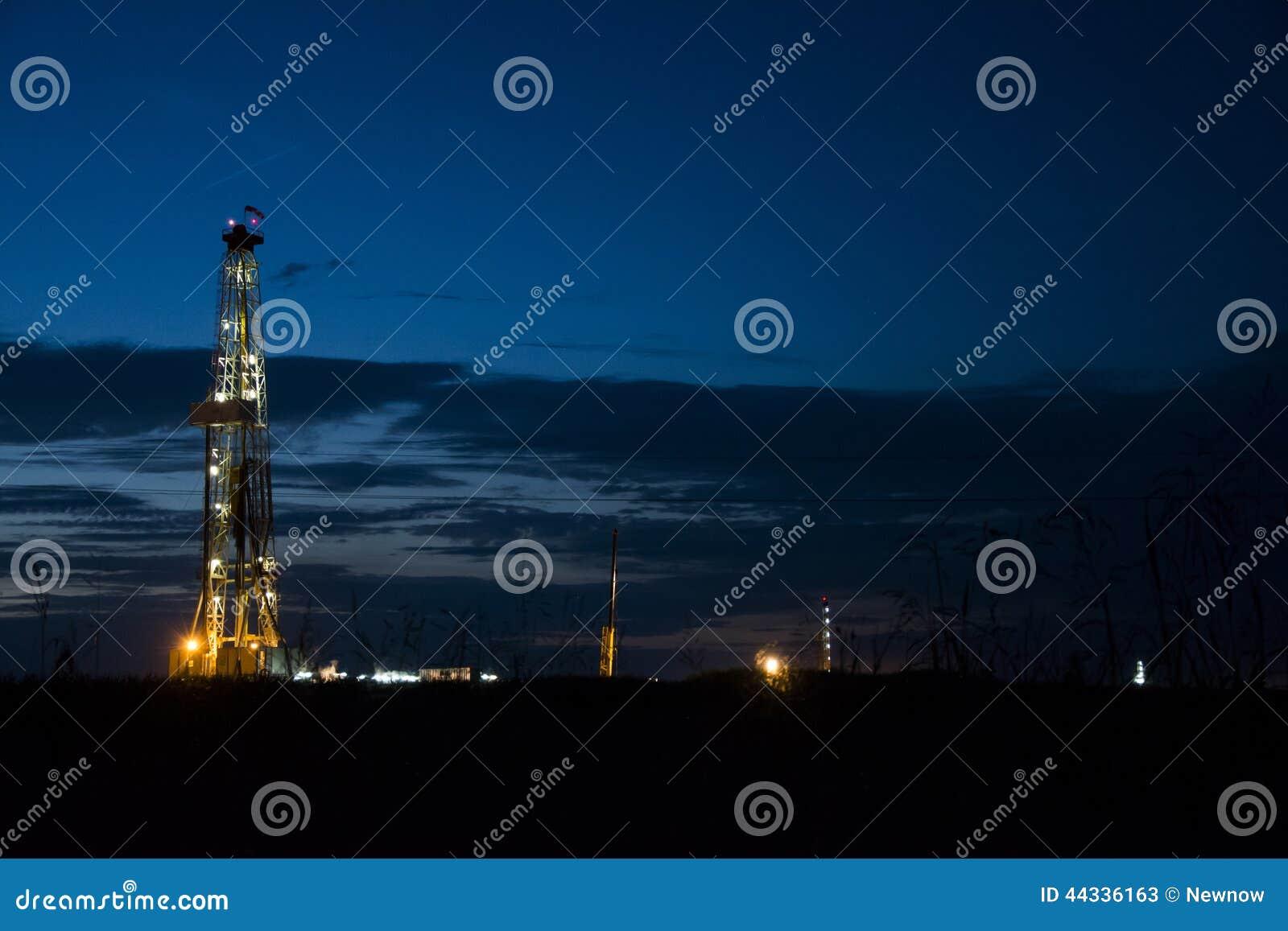 石油平台在晚上