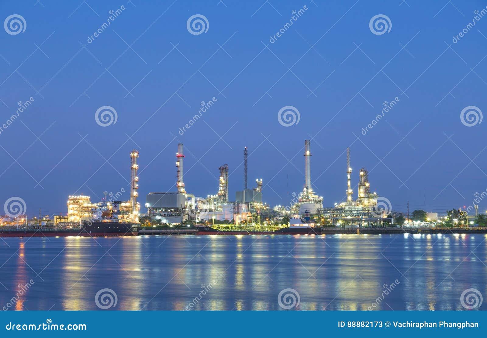 石油炼厂在晚上