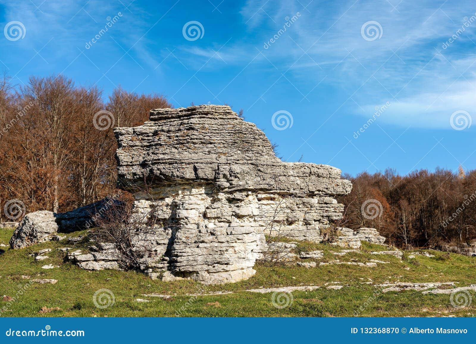 石灰石巨型独石-石灰岩地区常见的地形侵蚀形成Lessinia意大利